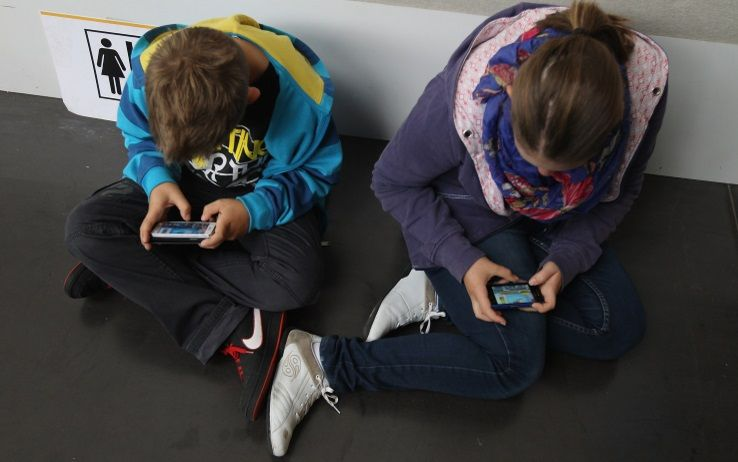 Bambini e schermi, le nuove linee guida dei pediatri americani